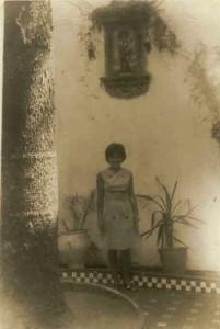 Mari Cintas en el patio junto al árbol, 1961.