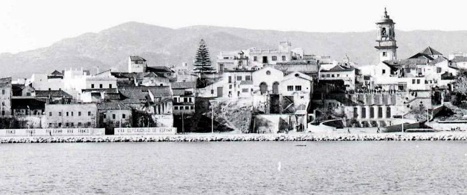 Vista del árbol y la torre de la Iglesia desde el mar.