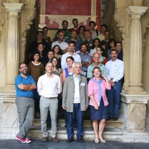 Participantes en la escalera barroca del Palacio de Jabalquinto, sede de la UNIA. Foto: Carlos Serrano.