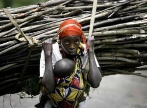 Congo_Mujer acarreando leña